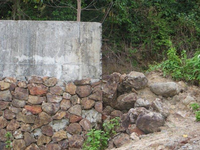 Стена из бетона обложена камнем