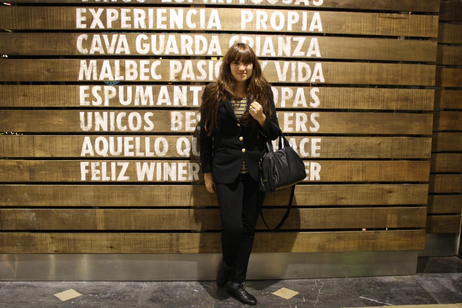 c099ba73d Remera y Pantalón, Yagmour. Saco, Complot. Oxford, no label. Cartera