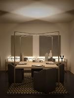 Bir yemek odasındaki loş aydınlatma