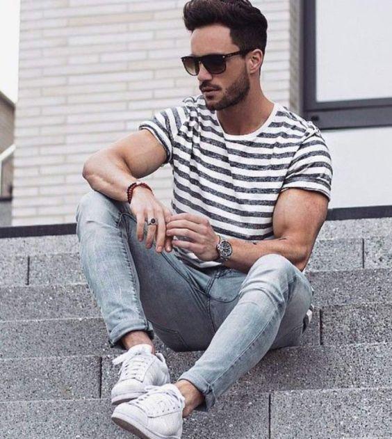 Look Masculino Listrado com Calça Jeans Clara e Tênis Branco