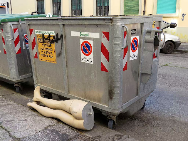 Manichino vicino ad un cassonetto, via Santa Fortunata, Livorno