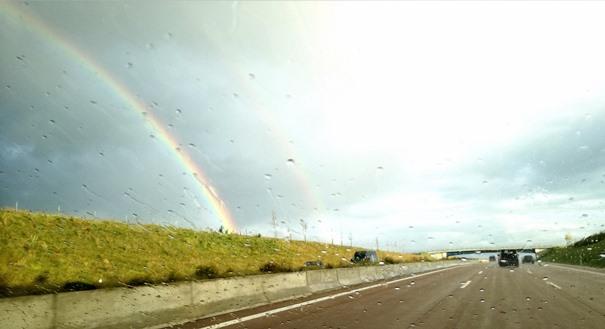 regenbogen-auf-der-autobahn