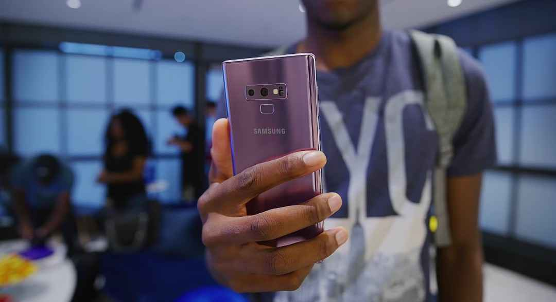 The Samsung's Galaxy Note 9 Fingerprint Reader Positioning Helps For A Better Reach And Less Smudges On The Camera Lens.