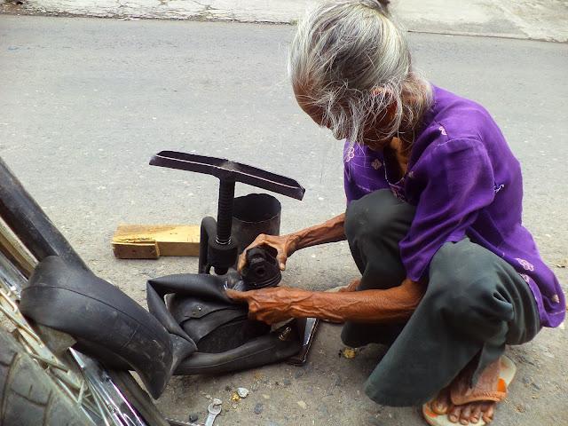 Mak Darmi, Tetap Semangat Bekerja Sebagai Penambal Ban di Usia Senja