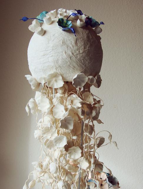 alzata con fiori di carta per tavolo bouffet matrimonio ecosostenibile