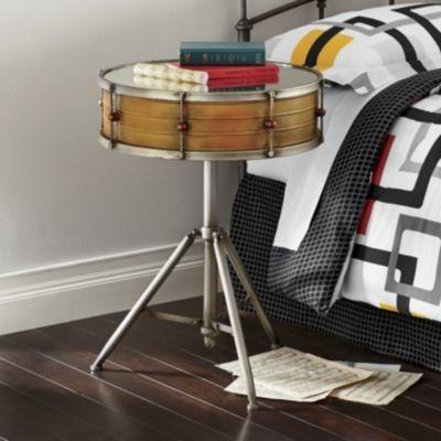 Nightstand (meja di samping ranjang) terbuat dari drum.