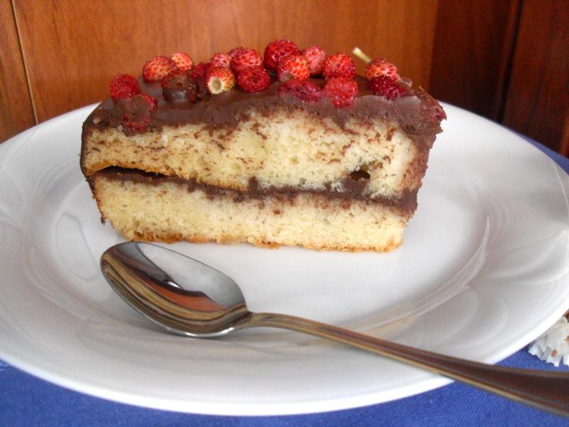Trozo de pastel de chocolate con fresitas en plato