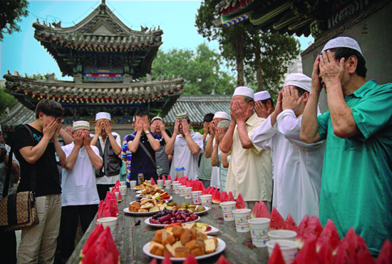 Tradisi Buka Puasa bersama Suku Hu