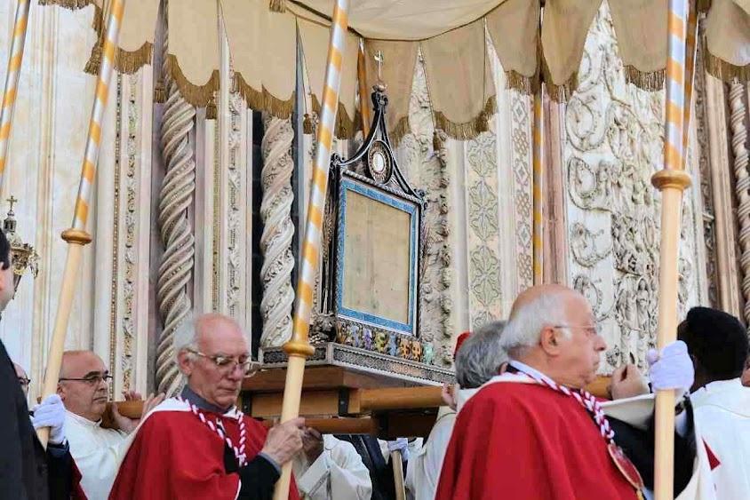 O corporal com as gotas do divino Sangue do milagre de Bolsena na saída da basílica de Orvieto