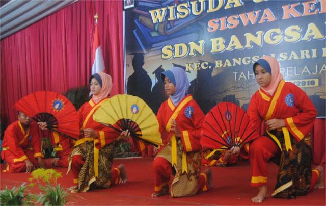 Atraksi jurus kipas siswa Tapak Suci pada acara wisuda siswa kelas 6 SDN Bangsalsari 02