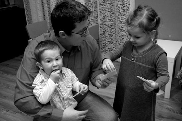 tata i dzieci łamią się opłatkiem