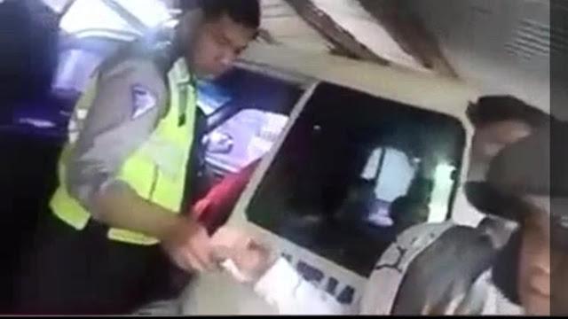 Polisi Nakal meminta denda kepada pelanggar lalu lintas