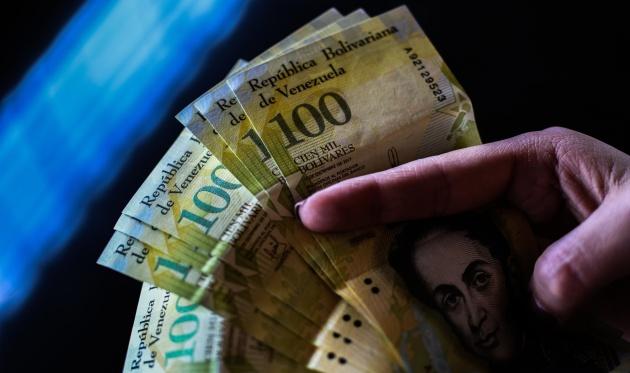 La hiperinflación de Venezuela explicada con un billete de 100.000 bolívares