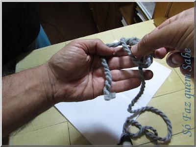 Foto mostrando parte da execução de um nó corrediço ou nó deslizante, onde se pesca o fio pelo interior da alça.