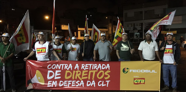 A Central dos Trabalhadores e Trabalhadoras do Brasil (CTB-RS) participou ativamente do Dia Nacional de Paralisações, Mobilizações e Greves no Rio Grande do Sul, com atos que começaram ainda na madrugada. Em Porto Alegre, dirigentes da Central, juntamente com lideranças de movimentos sociais, se concentraram em frente à garagem de ônibus da empresa Carris, desde as 3h30 da manhã. Após mais uma atuação truculenta da Brigada Militar, os manifestantes foram afastados do prédio com spray de pimenta e bombas de efeito moral. O grupo seguiu no local até 7h da manhã, encaminhando-se depois para a rodoviária da Capital, próximo de avenidas com amplo tráfego de carros que chegavam da região metropolitana.