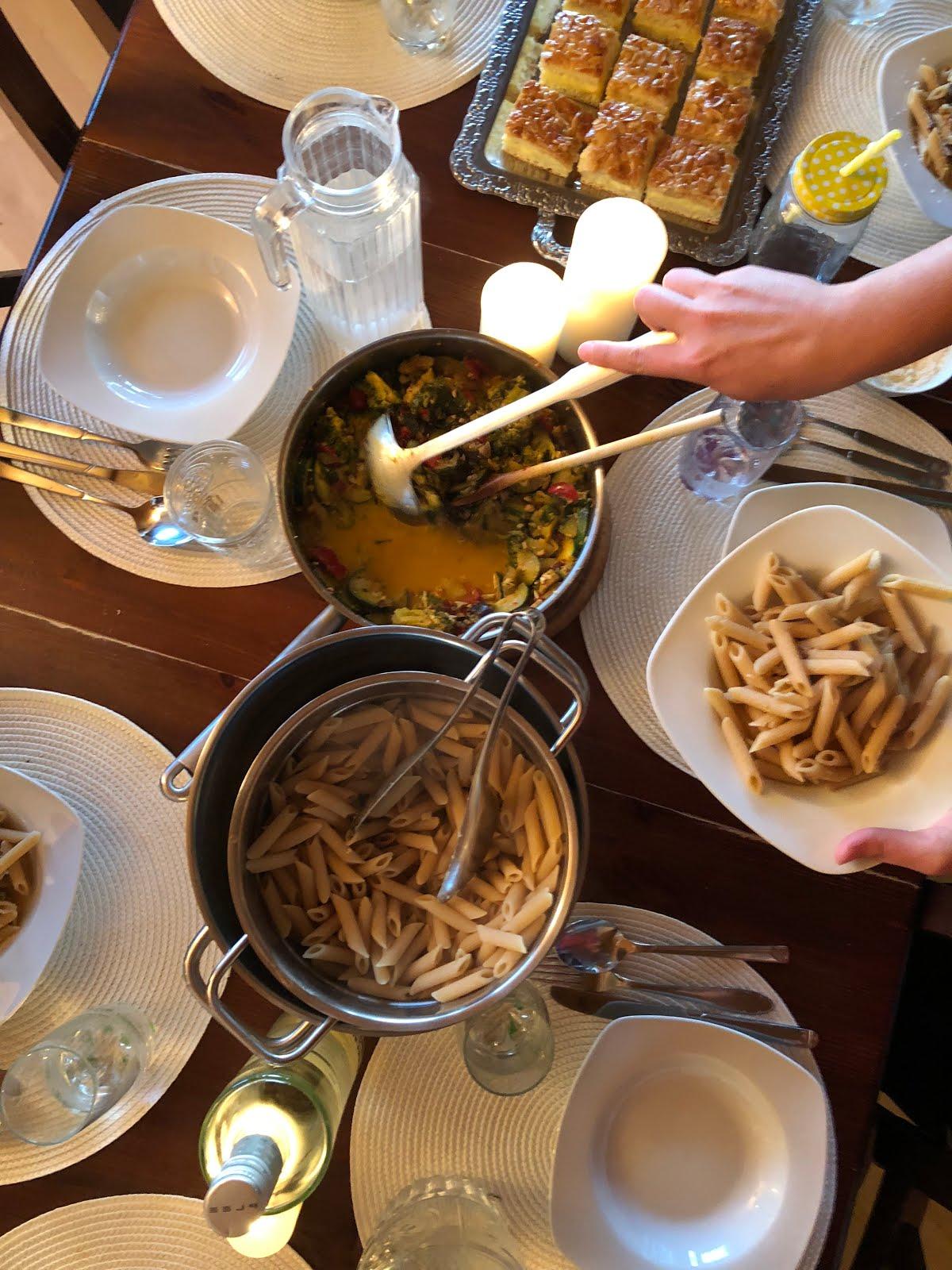 Pasta mit Tomaten und Brokkoli und Bienenstich