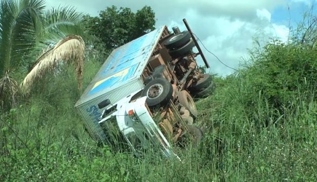ACIDENTE: Motorista perde controle e caminhão despenca em barranco em Caxias