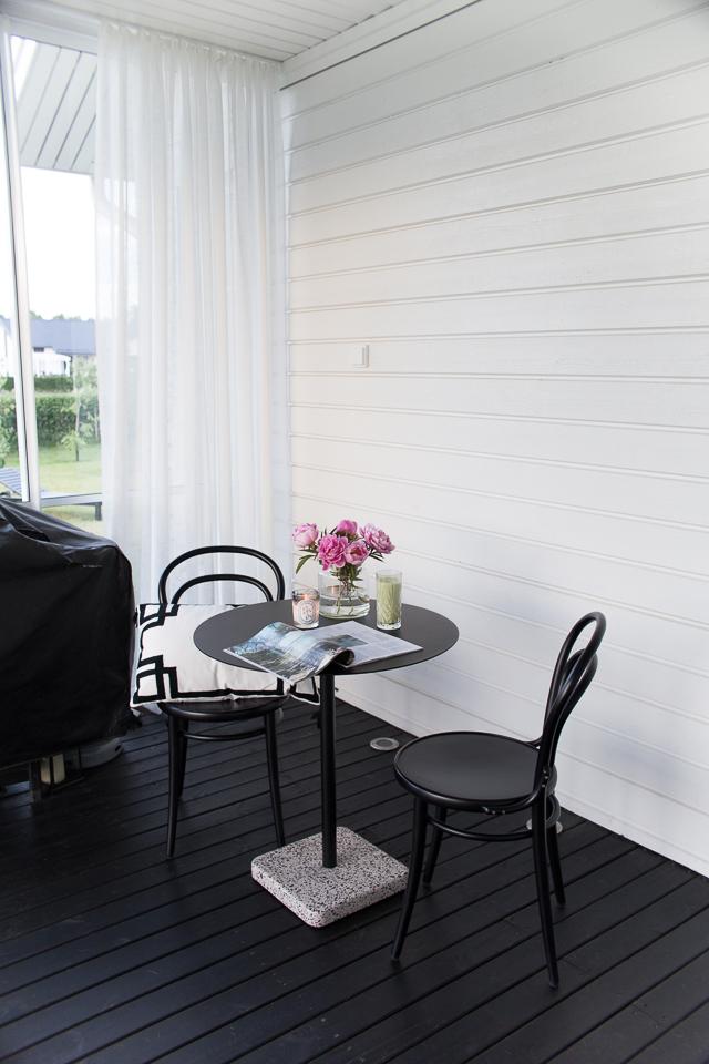 Villa H, Lumon, lasitettu terassi, TON-tuoli, pionit, terassi, Hayn terrazzo-pöytä