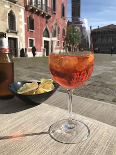 Verre à pied contenant un spritz, apéritif  italien
