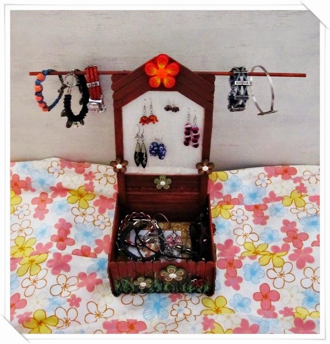 colgador pendiente y pulseras hechos con palos de polo