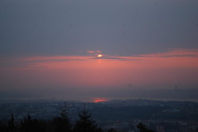 Закат над Босфором вид с холма Чамлыджа. Стамбул. Турция.