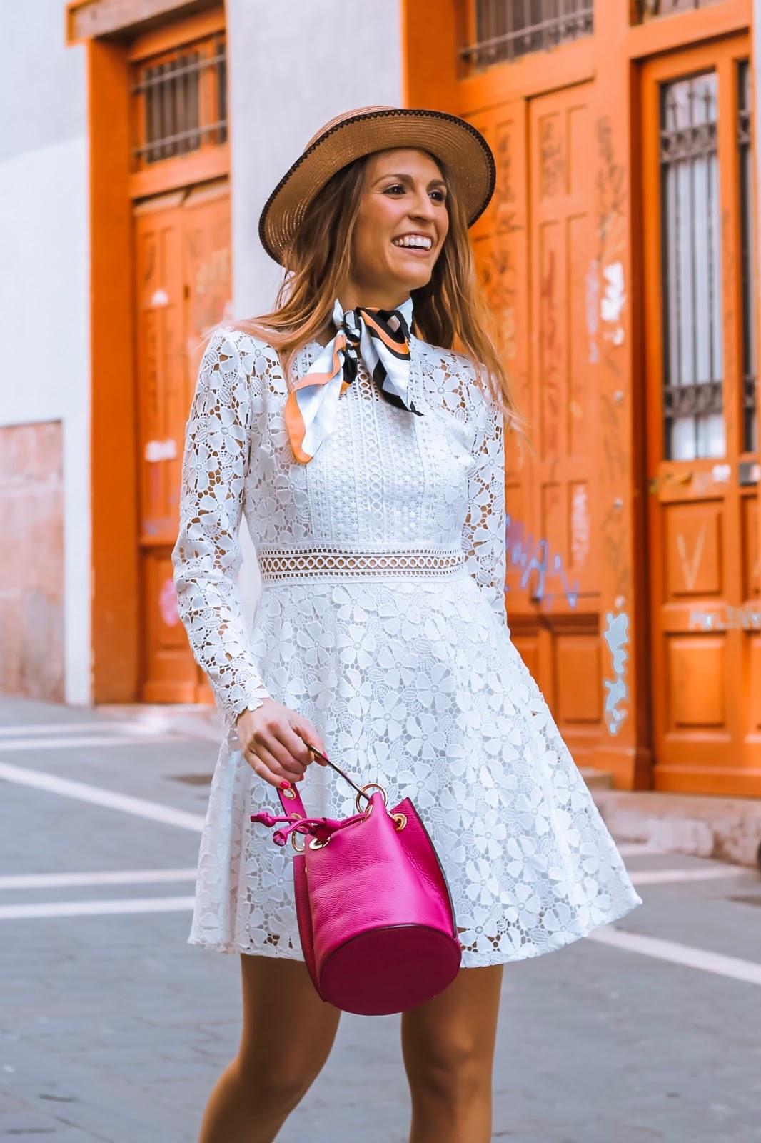 look casual con vestido blanco corto