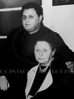 1960 Ο Μάνος Χατζιδάκις με τη μητέρα του Αλίκη