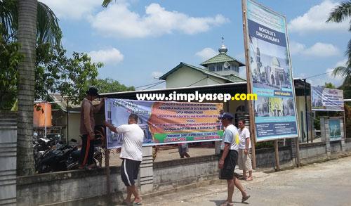 KERJA BAKTI : Warga komplek Duta Bandara bahu membahu membereskan spanduk dan baliho dalam rangka peletakan pertama pembangunan masjid kemarin (8/4/2018). Foto Asep Haryono