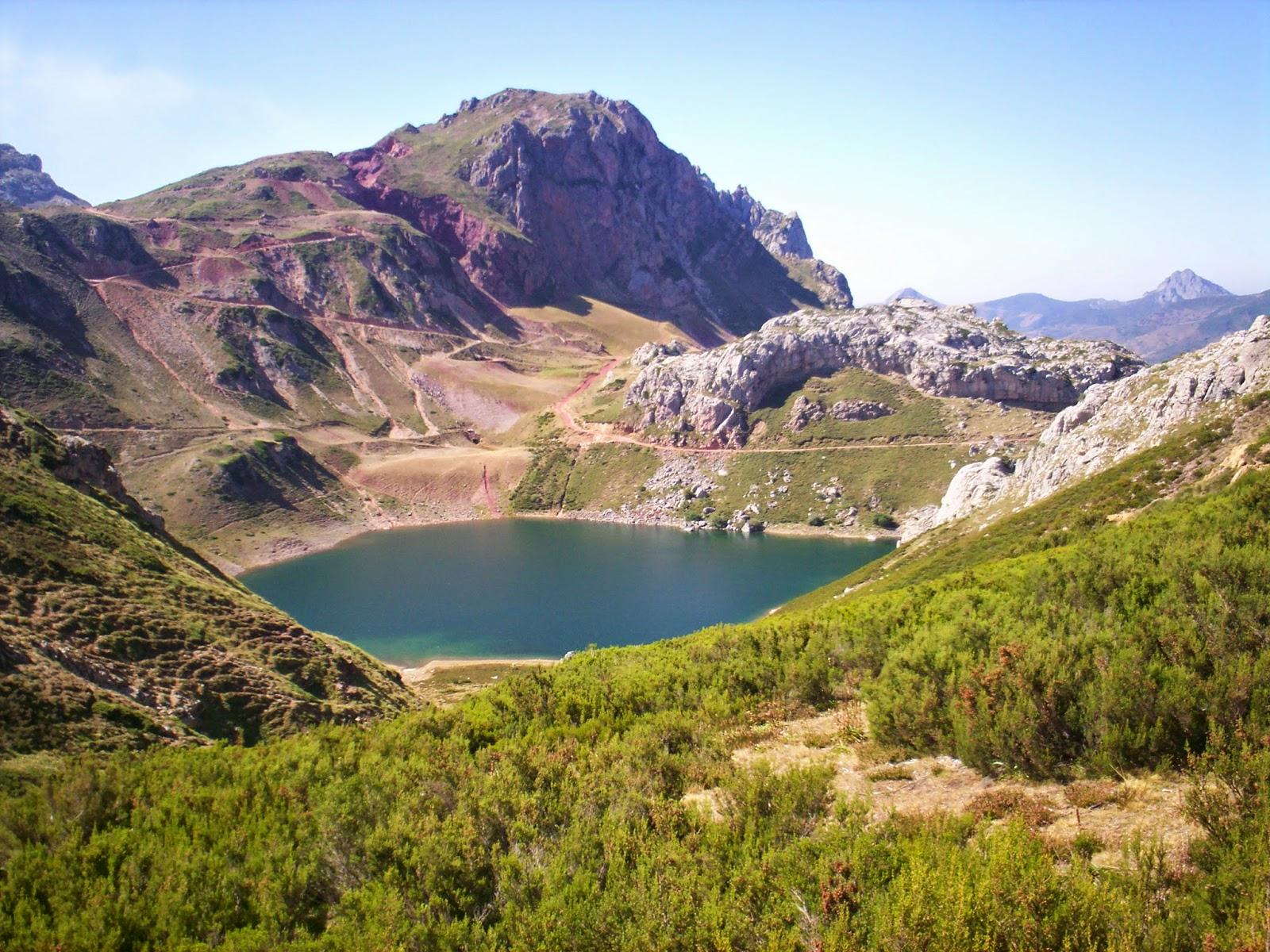 Vistas hacia el Lago de la Cueva en Somiedo