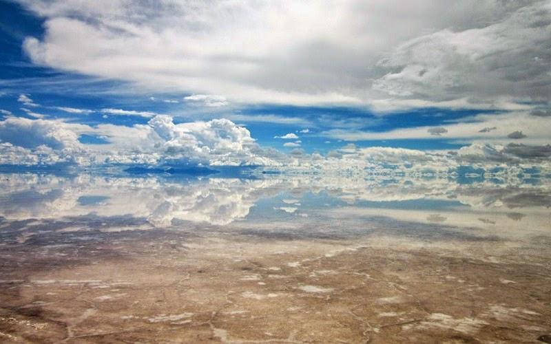 El salar de Uyuni es el mayor desierto de sal continuo del mundo, con una superficie de 10 582 km² (o 4.085 millas cuadradas). Está situado a unos 3650 msnm en el suroeste de Bolivia, en la provincia de Daniel Campos, en el departamento de Potosí, dentro de la región altiplánica de la Cordillera de los Andes.