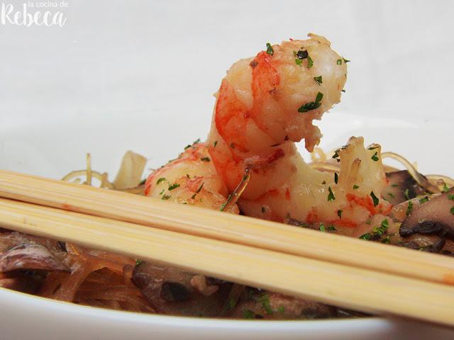 Glass noodles con champiñones y gambones