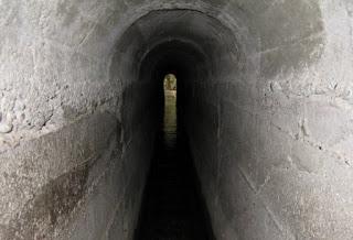"""Εξωπραγματικό: Αυτό είναι το τούνελ της Ρόδου που σε ταξιδεύει σε μια άλλη """"διάσταση"""" - Οι επισκέπτες μπαίνουν στη σήραγγα, ακολουθούν την πορεία του νερού και καταλήγουν σε... [photos+video]"""