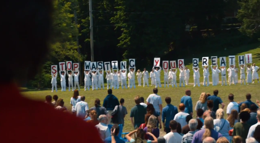 Los culpables remanentes portan pancartas en The Leftovers