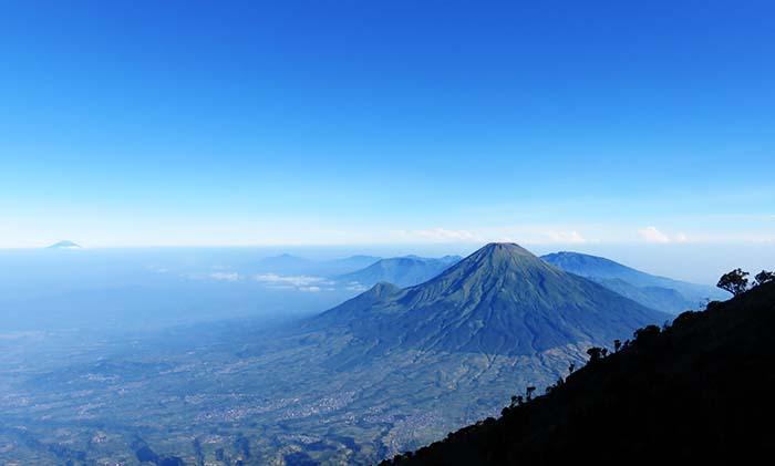Gunung Sindoro dan Prau di Belakangnya