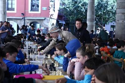Manel Arahuete y detrás suyo Jordi Herms, en un torneo infantil de ajedrez en Granollers en 2015