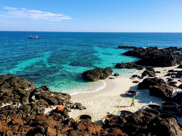 Đảo được bao bọc bởi cánh cung vách đá cao với đủ màu sắc