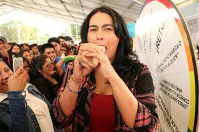 Σάλος με Μεξικανή πολιτικό που έκανε επίδειξη σε νέους... πώς να βάζουν προφυλακτικό με το στόμα