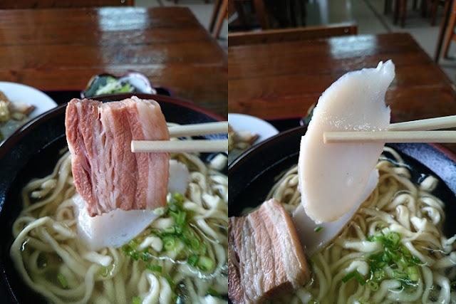 沖縄そばのトッピングの三枚肉とカマボコの写真