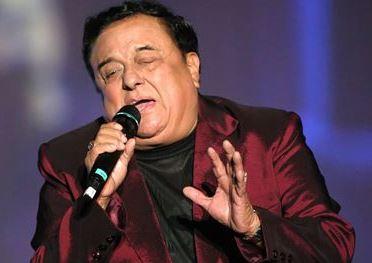 Lucho Barrios cantando en el escenario