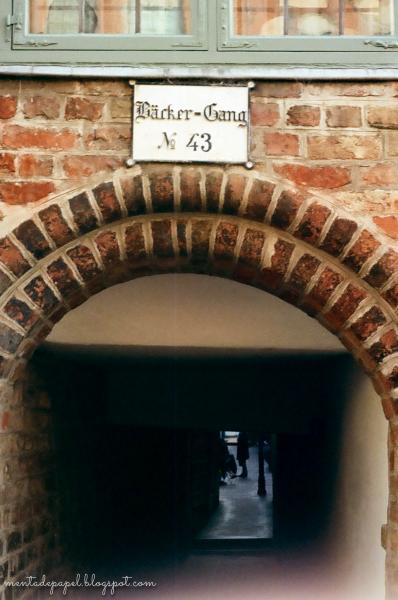 Callejón en Lübeck, Alemania.