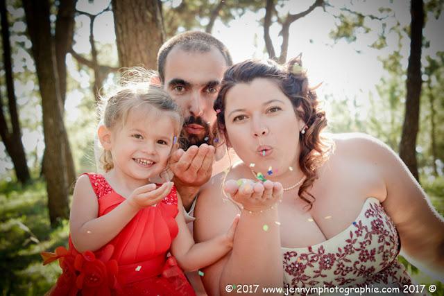 photo mariés famille robe rouge confettis
