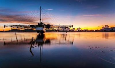 Senja di Pelabuhan Sape perahu