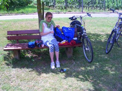 Ik zit op een bankje met een kapot ei in de rugzak, op fietsvakantie langs de Moezel.