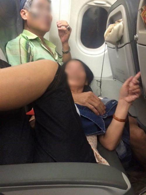 Đi máy bay mà cũng gặp những hình ảnh kinh dị này muốn đào lỗ chui xuống vì quá xấu hổ