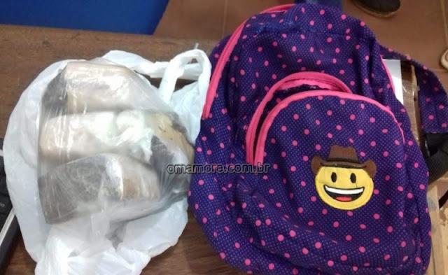 Policiais civis e militares flagram mulher transportando maconha em bolsa de criança