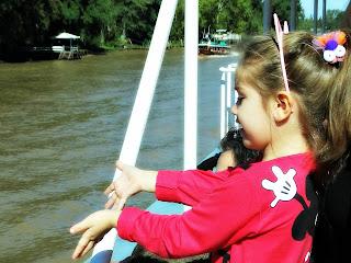 Olha só... Menina Deslumbrada no Passeio de Barco, no Delta do Tigre, Buenos Aires, Argentina