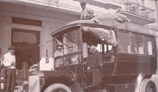 Купец Жернаков за рулём омнибуса. Ялта, 1909 г.
