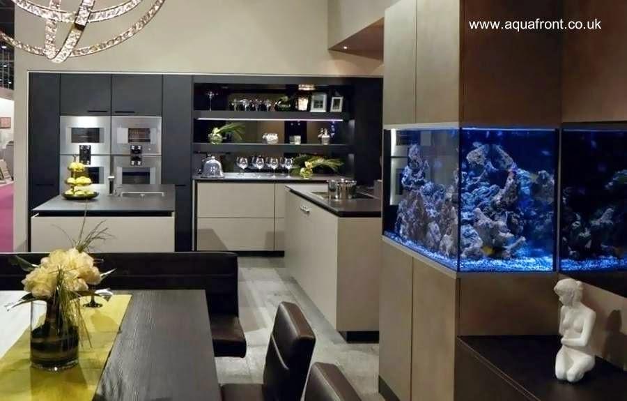 Acuario en mobiliario de moderna cocina de lujo
