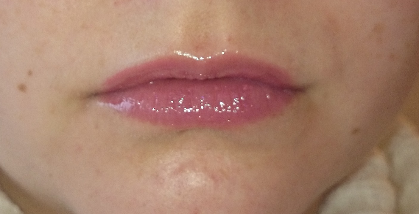 Misslyn rich color gloss Nr. 65 Brombeer aufgetragen