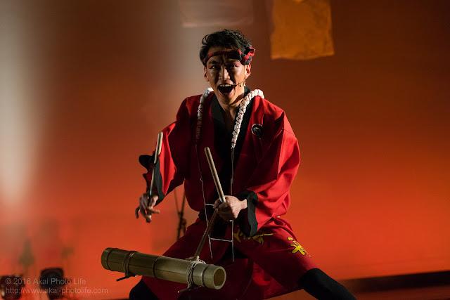 阿波踊りの竹の和楽器を叩く男性